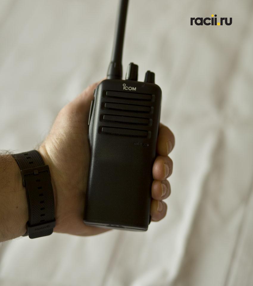 Рация Icom IC-F16 в руке